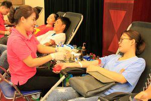 Blouse trắng hiến máu cứu bệnh nhân