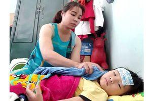 Mẹ bệnh nặng, rửa chén kiếm tiền chữa bệnh cho con