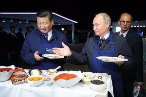 Hai ông Putin – Tập Cận Bình làm bánh, ăn trứng muối, uống vodka