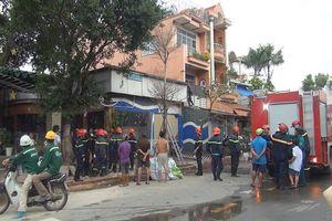 Bất cẩn trong hàn xì, quán nước đang sửa chữa ở vùng ven Sài Gòn bốc cháy dữ dội