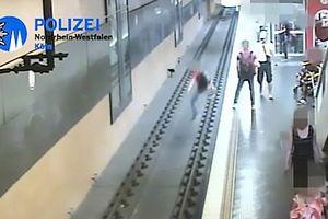 Cãi nhau với bạn gái, thanh niên 'giận cá chém thớt' đẩy người qua đường xuống ray tàu hỏa