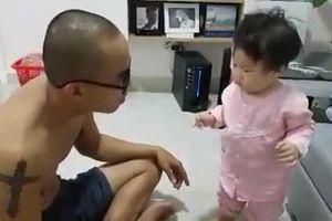 Clip bé gái 10 tháng cãi bố 'nhem nhẻm' khiến người xem phải bật cười