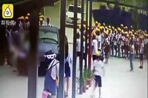 Đạp nhầm chân ga, cô giáo đâm trúng nhiều học sinh trong sân trường