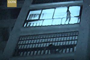 Thót tim cảnh giải cứu bé trai treo lơ lửng ngoài cửa số suốt 30 phút ở chung cư cao tầng