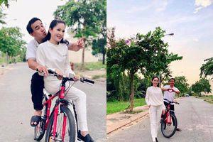 Xúc động cách Quyền Linh kỷ niệm 13 năm ngày cưới giản dị bên xe đạp và dép tổ ong