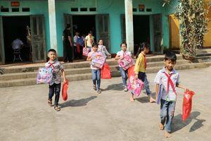 Đoàn thanh niên Báo Thanh Hóa trao quà cho học sinh vùng lũ huyện Cẩm Thủy