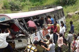 Xe buýt lao xuống vực ở Ấn Độ: 82 người thương vong