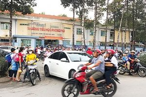 Báo động cổng trường học thành điểm nóng ùn tắc