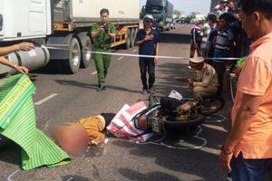 Ngã ra đường, người phụ nữ chết thảm dưới gầm xe container