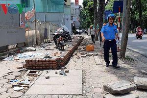 Ngang nhiên căng dây, xây tường chiếm dụng gần 100m2 vỉa hè tại Hà Nội