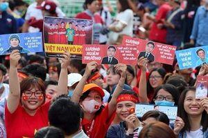 Slogan ấn tượng của fan nữ Sài Gòn đón tiếp U23 Việt Nam