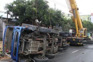 Đà Nẵng: Xe tải lật nhào, hàng tấn dưa hấu đổ ra đường