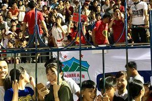 Khán giả Bình Phước chen kín sân xem 'sao U23' của HAGL chơi bóng