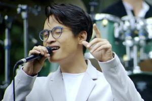Hà Anh Tuấn đầy tâm trạng khi hát 'Đợi em đến hoa cũng tàn'