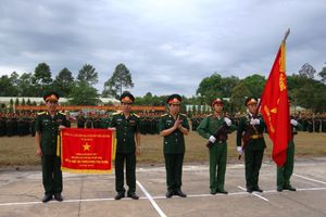 Trường Hạ sĩ quan xe tăng 1 đón nhận Cờ thi đua của Thủ tướng Chính phủ