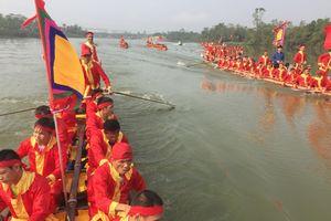 Hàng ngàn người đứng ngồi xem rước nước thiêng