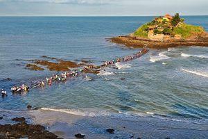 Con đường rẽ đôi biển dẫn vào miếu thiêng độc nhất Việt Nam