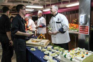 Cận cảnh 150 đầu bếp phục vụ trên tàu sân bay Carl Vinson