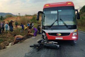 Hiện trường tai nạn xe máy với xe khách, 2 vợ chồng tử vong tại chỗ