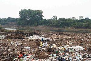 Xã Đông La (huyện Hoài Đức): Bãi rác gây ô nhiễm sông Đáy