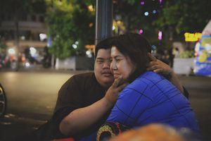 Mẹ bán rong khắp Sài Gòn, suốt 19 năm chăm con bệnh down