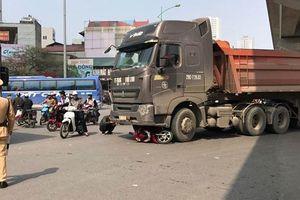 Xe đầu kéo cuốn xe máy vào gầm, một cô gái tử vong tại Hà Nội