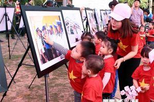 Triển lãm 'Sức sống Trường Sa - Sắc màu tình nguyện' tại Hưng Yên