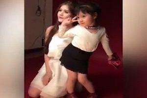 Bé gái tạo dáng chụp ảnh 'dìm hàng' chị gái hotgirl gây 'sốt'