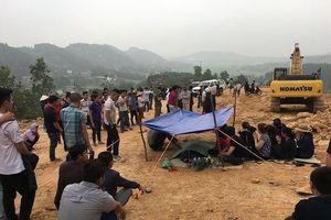 Hà Nội: Đất lở đè bẹp cabin xe tải, tài xế tử vong