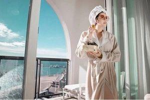 Soi khách sạn siêu sang Lý Nhã Kỳ nghỉ tại Pháp