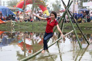 Cười 'vỡ bụng' với trò đi cầu Kiều trong lễ hội đền Đức Hoàng
