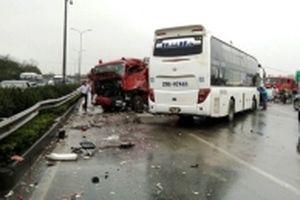 Khắc phục hậu quả các vụ tai nạn trên đường cao tốc Pháp Vân - Cầu Giẽ