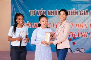 Hoa hậu H'hen Niê rạng ngời trong hoạt động Hỗ trợ giáo dục cho nữ sinh