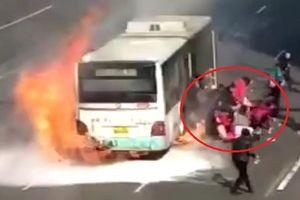 Clip: Xe buýt đang chạy thì phát nổ, hành khách giẫm đạp lên nhau thoát thân