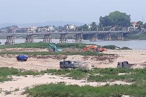 Khai thác cát rầm rộ dưới chân 2 cầu Trà Khúc