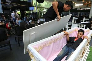 Giới trẻ Thái Lan thử nằm vào quan tài, đi cà phê phong cách lễ tang