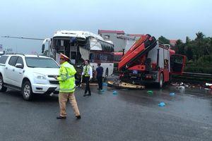 Vụ xe khách đâm xe cứu hỏa trên cao tốc: Hai tài xế quên nguyên tắc '2 giây'