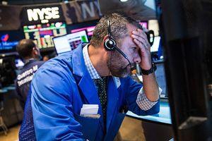 'Bóng ma' chiến tranh thương mại quay lại, Dow Jones bay hơn 700 điểm