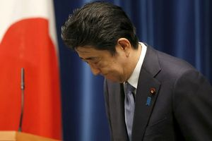 Thủ tướng Abe cúi đầu xin lỗi vì bê bối của vợ