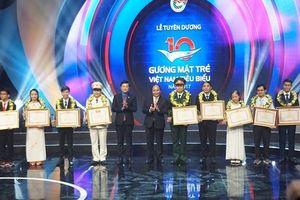10 gương mặt trẻ Việt Nam tiêu biểu năm 2017 thể hiện ý chí quyết tâm trong ngày lễ vinh danh