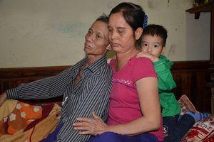 Cám cảnh người vợ vừa chăm chồng ung thư, vừa nuôi 2 con gái mắc bệnh tâm thần lại cưu mang 1 cháu nhỏ
