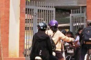 Hiệu trưởng bật khóc vì clip 'giáo viên chặn cổng thu tiền giữ xe học sinh'