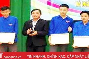 Nhặt được gần 15 triệu đồng, học sinh THPT Cẩm Xuyên tìm người trả lại