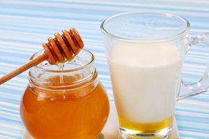 Điều gì xảy ra với cơ thể khi uống sữa mật ong trước khi ngủ?