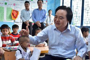 Bộ trưởng GD&ĐT Phùng Xuân Nhạ thăm cậu bé tí hon ở Quảng Ngãi