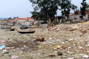 Bãi biển Quỳnh Lập biến thành 'bãi rác'