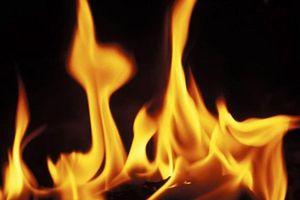 Bị kịch, chồng đốt vợ rồi tự sát trước mặt con