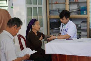 Khám và cấp phát thuốc miễn phí cho gần 400 người cao tuổi