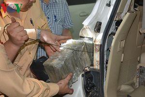 Cận cảnh 100 bánh heroin trong cốp, dưới ghế lái xế hộp biển số Lào