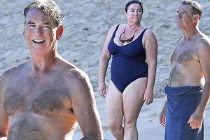 'Điệp viên 007' Pierce Brosnan phong độ khi đi nghỉ ở biển cùng vợ